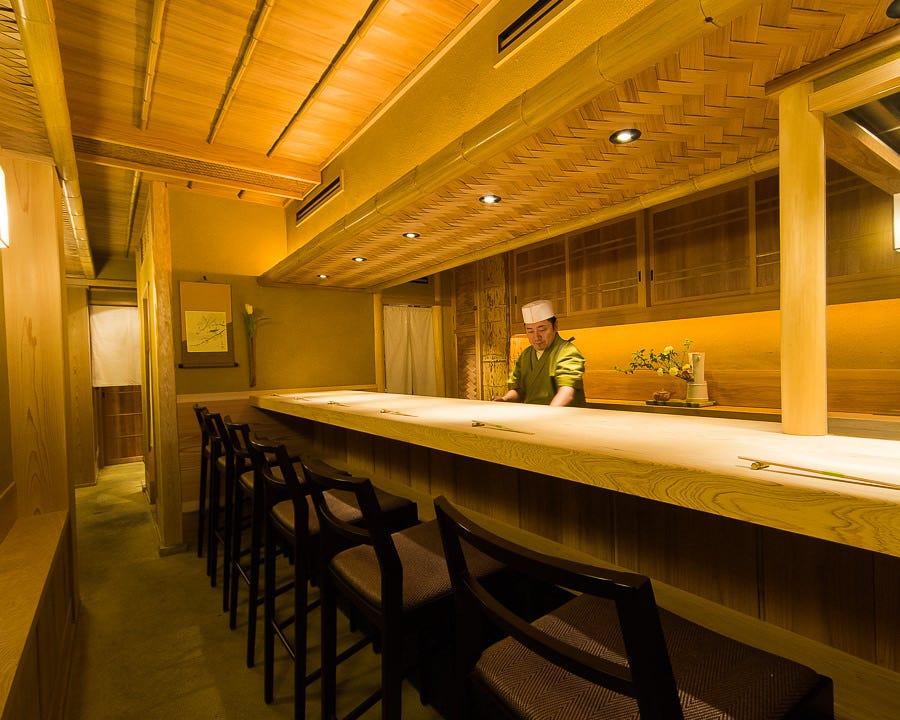 カウンター席で本格日本料理を気軽に楽しめます