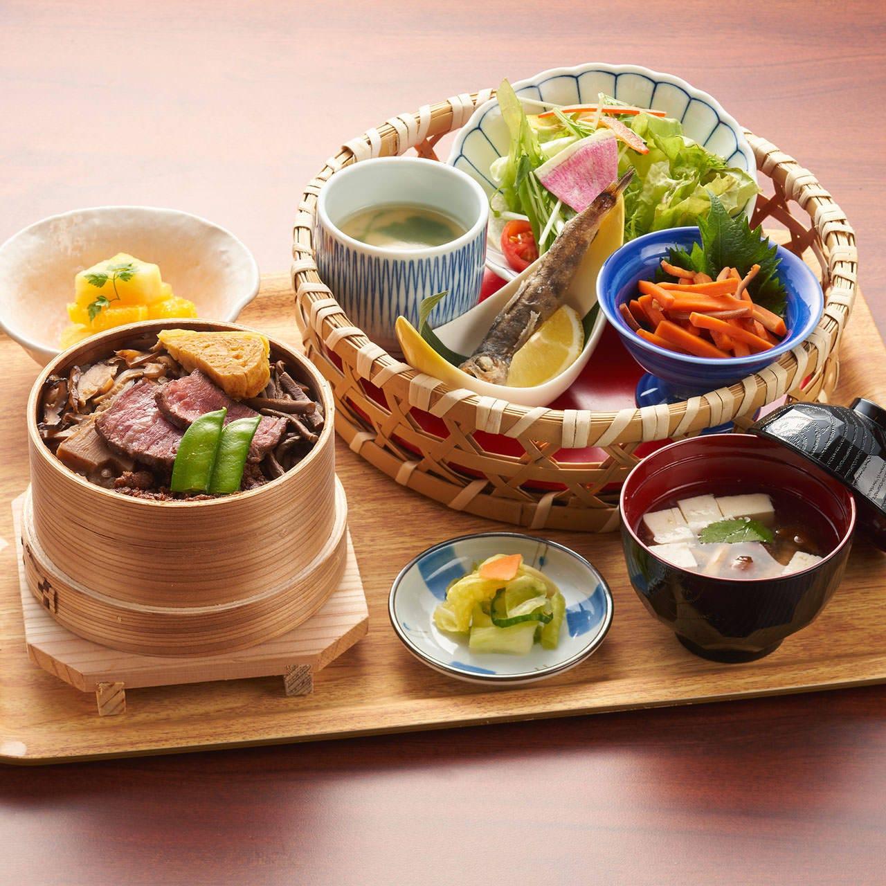福島県名物の「わっぱめし」。多彩な食材を炊き込みました!