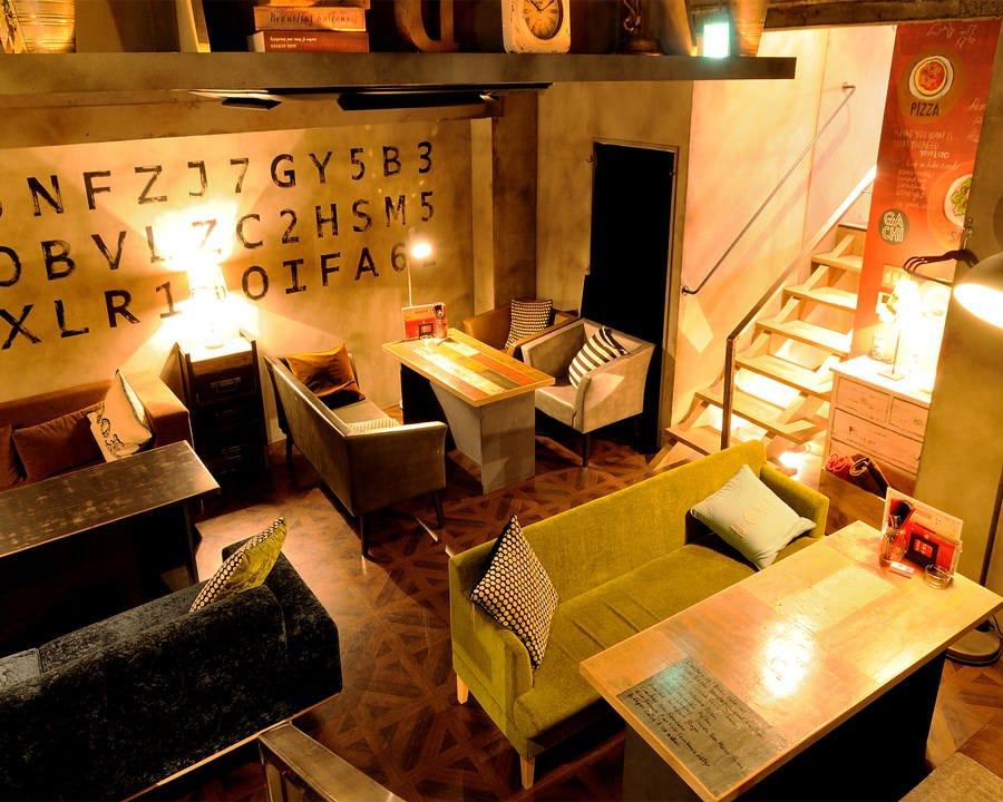 間接照明が照らすソファ席は2名様~6名様で。デートや女子会に。