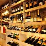 ワインセラーには常時豊富なワインボトルをご用意しております