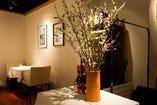 店の中にはエレガントな季節の花を飾り付け華やかさを添える。