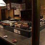 深酒の漆喰カウンターで織りなす料理人たちを間近で堪能。