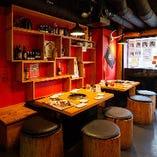 壁面アートや赤を基調としたおしゃれな店内でお食事を満喫♪♪