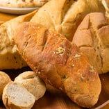 店内で生地からつくる自慢の自家製パン
