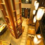 高天井の開放的な1階フロア