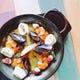 新鮮な魚介を贅沢に盛り込んだパエリアはオススメの一品。