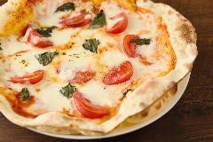 バジルとトマトのピザ