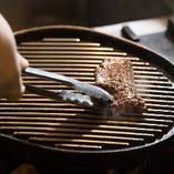 グリルでじっくりと焼き上げる国産黒毛牛の赤身ステーキ