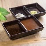 味噌と醤油ベース2種類のタレと独自にブレンドしブラックペッパーの効いた合わせ塩をそれぞれご用意