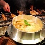 焼き鳥と人気を二分する鉄板メニュー「鶏釜飯」