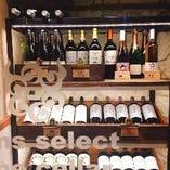 【こだわりのワインセラー】入り口すぐにございますワインセラーは、約20種類ほどのワインが徹底した温度管理のもと保管されています。