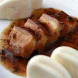 中国漬菜入り角煮蒸しパン添え