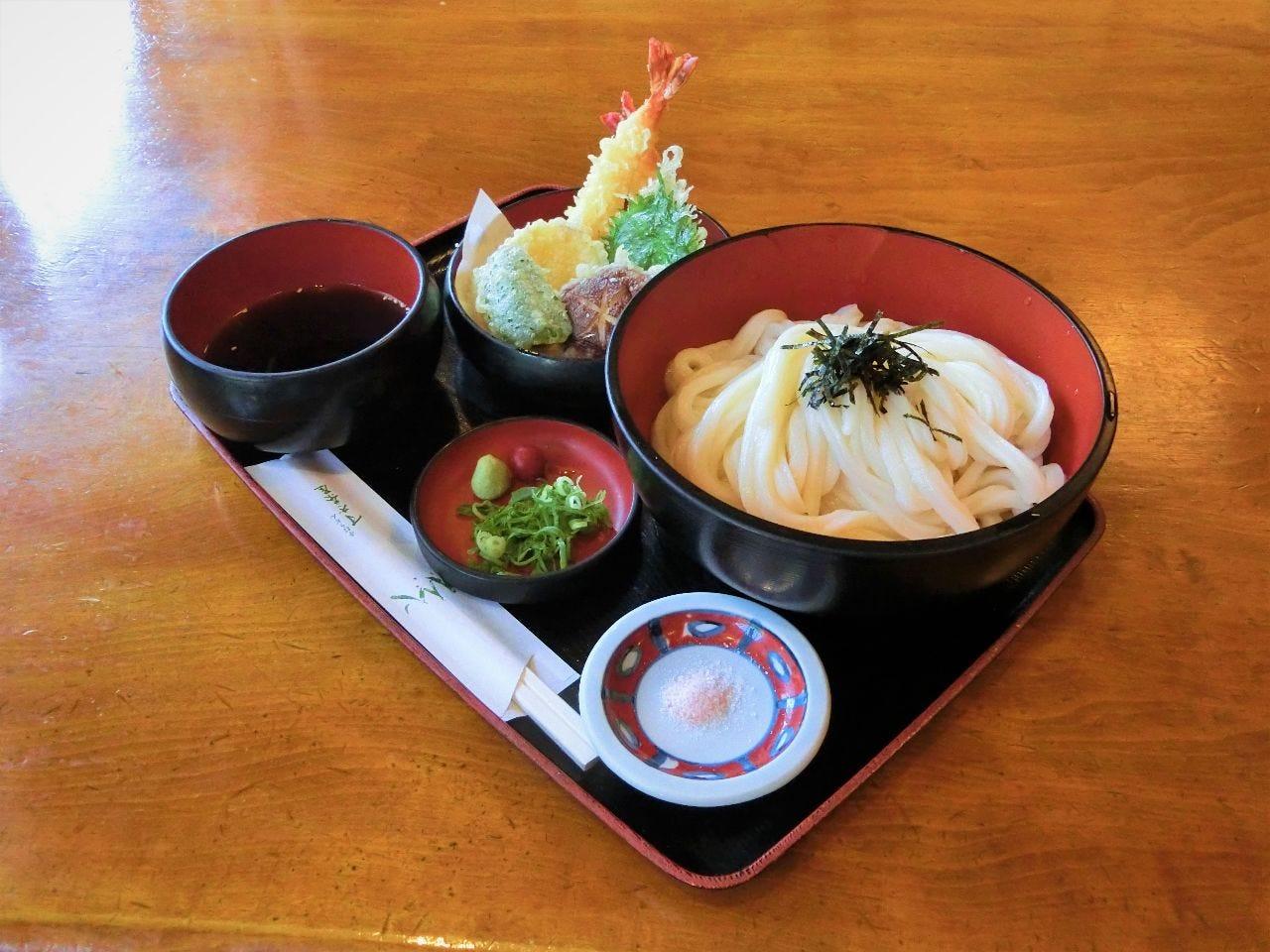 上天ざるうどん。五種の天ぷらとたんわりざるうどんのセットです