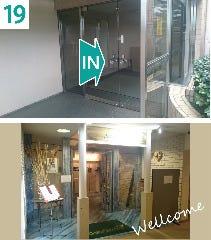 19-ガラス扉をお入りください  20-入るとすぐ当店の入り口がございます