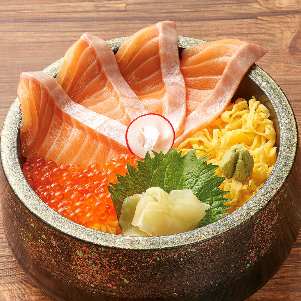 とろサーモンとイクラ丼1300円、女性に人気のテッパンメニュー!