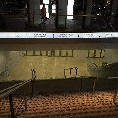 扉を出ると地下に降りる階段があるのでこの階段を降ります。
