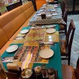 アジアンな装飾やインテリアの店内。テーブル・掘りごたつ席とご用意しております。