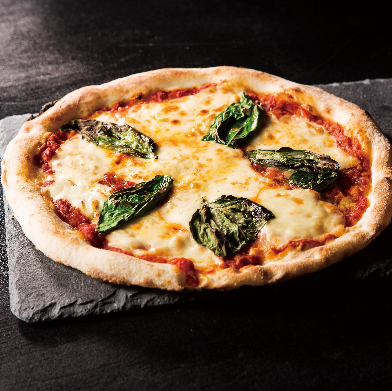 仲間とワイワイとつまみながらのピザは最高!