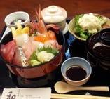 ランチタイムの人気メニュー海鮮丼