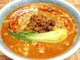 ごま風味の濃厚スープと甘辛い肉味噌が旨さを引き立てる担々麺