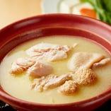 【水炊き】宮崎地頭鶏のガラ炊きスープ凝縮されています。コラーゲンたっぷり白濁スープ