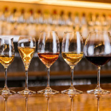 各名産地を網羅した15種のグラスワインに加えエシェゾーも飲める