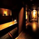 間接照明の効いた大人な雰囲気の広々としたゆったり個室です。
