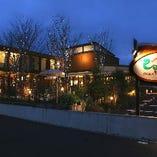 丘の上の一軒家レストラン「巴里市場」駐車場完備です!