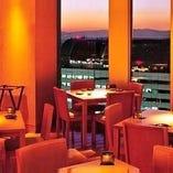 デートにおすすめ!2人で眺める窓側カウンターからの夜景。
