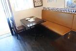 テーブル席間はゆったりとしたスペースを設けております。安心してお食事をお楽しみいただけます♪