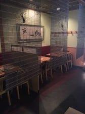簾で個室風のテーブル席