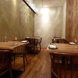 ゆったりと寛ぎながら料理や会話を楽しめるテーブル席