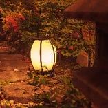 窓から坪庭が見える個室も御座います。
