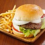 粗挽き肉のパテや新鮮野菜を挟んだボリューム満点のハンバーガー