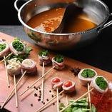 特製黄金出汁と薬膳出汁の2色鍋で楽しむ 【名物】博多串しゃぶ おまかせ盛り