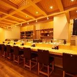 1階席ではカウンターで職人が握る本格寿司をご堪能いただけます