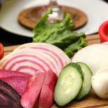 契約農園から直接仕入れる新鮮野菜のバーニャカウダはお通しで♪