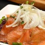 サーモンのカルパッチョや海老のアヒージョなど魚料理も◎
