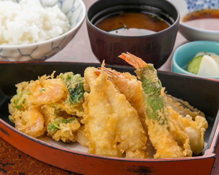 大きなかき揚げと旬の天ぷらをセットにした「月」