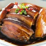 口の中でとろける旨さ豚肉の角煮♪自家製高菜がアクセントに◎