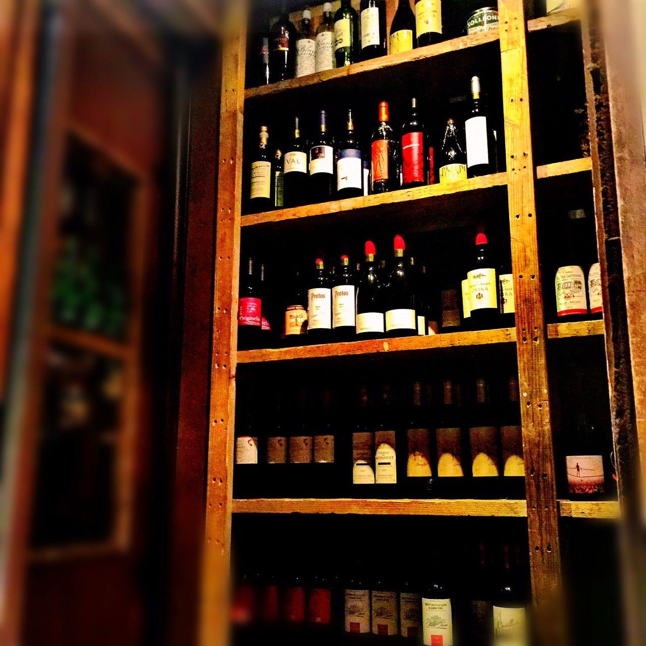 ワインやシェリーがズラリ並ぶセラー