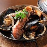 『カタプラーナ鍋』の黒は、濃厚なイカスミ味です