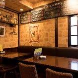 壁の内装などはスペイン風の佇まい