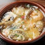 『小エビとマッシュルームのアヒージョ』は、プリプリの海老と香り豊かなオイルも美味