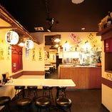 どこか懐かしい、昭和の屋台を模した店内