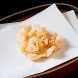 むっちりとした歯ごたえと甘みが楽しめる、イカの天ぷら