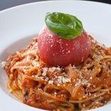 モチモチ麺のパスタにリゾットなど、本格的な味わいの料理を…。