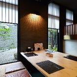 日本庭園風の中庭を眺めながらお食事が楽しめる掘りごたつ席