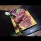 刺しがきれいに入った和牛。甘い旨味が口の中に広がります。