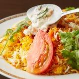 ビリヤニの付け合わせヨーグルトサラダ「ライタ」をかけて食べれば、スパイシーなビリヤニに風味と酸味、コクがプラスされて全く異なる味わいに